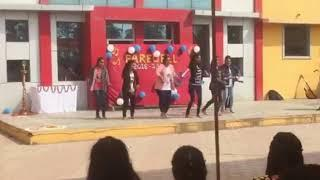 Girls DaNcE on Farewell by class 11