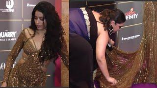 Janhvi Kapoor UNCOMFORTABLE With Her Dress, Designer Comes To Rescue - Vogue Women of the year Award