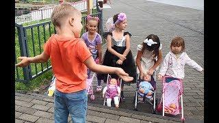 Videos for kids. The boy helps the girls. Game for kids